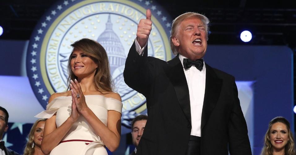 20.jan.2017 - Donald Trump, ao lado da primeira-dama, Melania, cumprimenta pessoas presentes a um dos bailes da noite após a posse