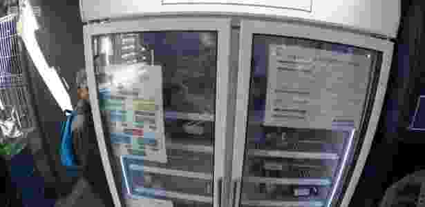 Geladeira instalada dentro de um mercado no sul de Londres está oferecendo comida de graça que, do contrário, iria para o lixo - BBC - BBC
