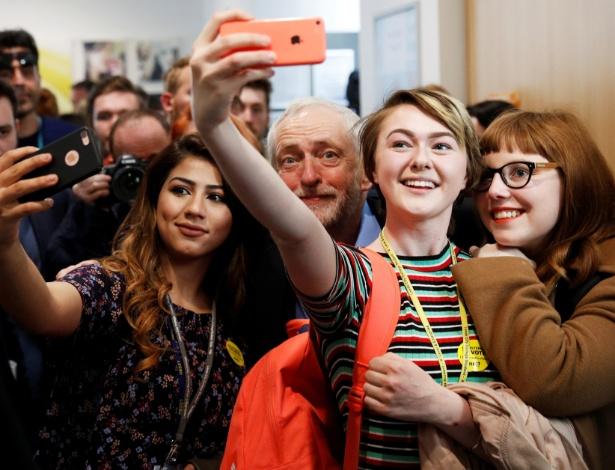 Jovens tiram selfie com Jeremy Corbin, líder do Partido Trabalhista, de oposição, em Leeds (Inglaterra)