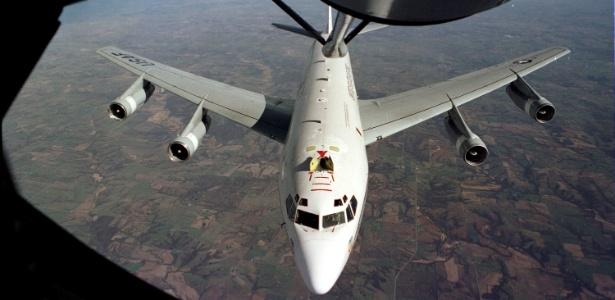 Um avião WC-135 é reabastecido no ar em uma foto sem data divulgada pela Força Aérea dos EUA