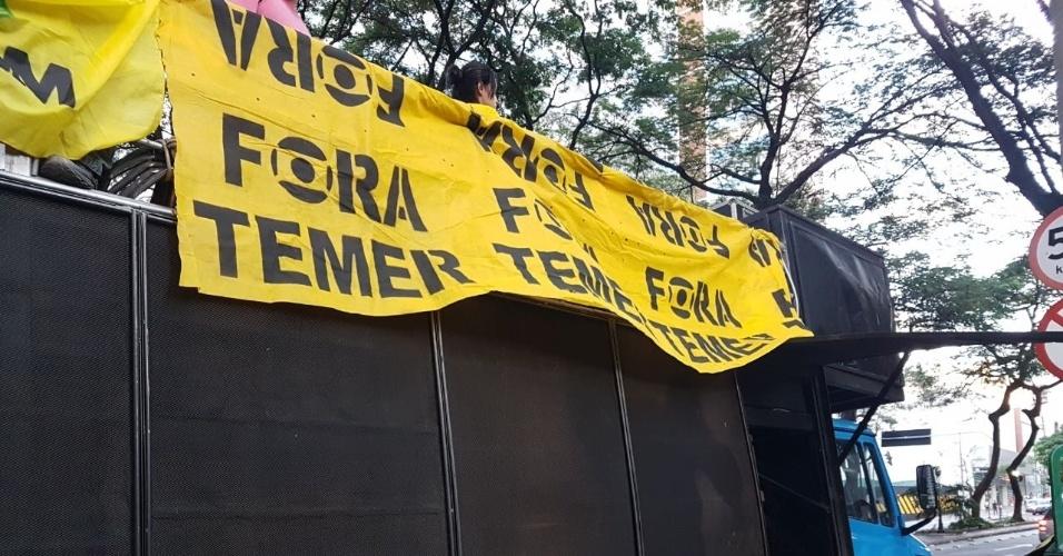 16.jun.2017 - Carro de som chega à Praça Arinos para a manifestação coberto com uma faixa com dizeres contra o presidente Temer e contra a Rede Globo