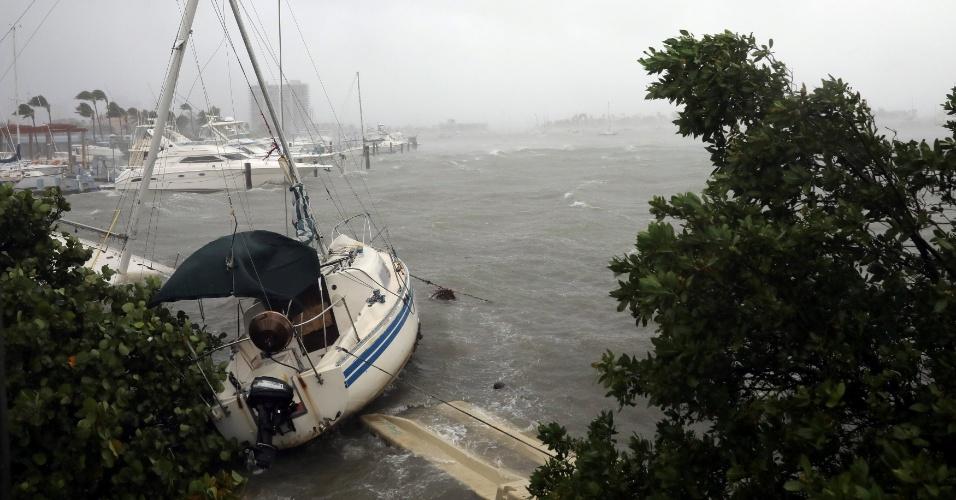 10.set.2017 - Barco no asfalto na região de Fort Myers Beach, que sofre com ventos do furacão Irma