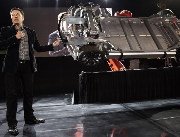O CEO da empresa Tesla, Elon Musk, apresenta carro elétrico que possuí como uma das funções o Autopilot, que pode ser atualizada constantemente