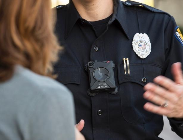 Policial americano usando câmera corporal