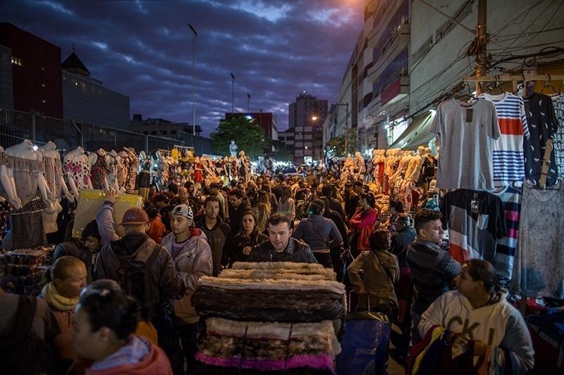 28.nov.2017 - Lotadíssima e localizada no centro de São Paulo, a Feirinha da Madrugada é a maior feira informal da América do Sul. É composta em sua maioria por vendedores de diversas origens, da Bolívia à China. Em busca de roupas baratas, os compradores vêm do interior de São Paulo e vários Estados