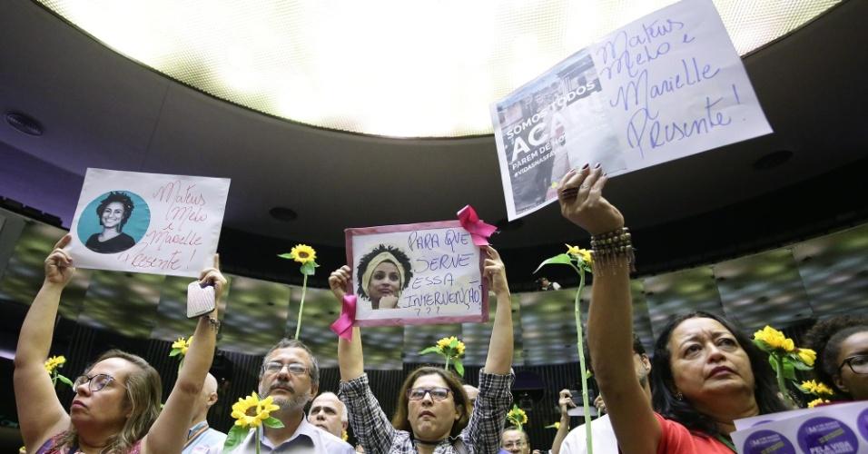 15.mar.2018 - Com girassóis nas mãos e cartazes com a foto da vereadora Marielle Franco (PSOL), servidores e deputados federais fizeram homenagem à parlamentar assassinada a tiros no Rio de Janeiro na noite da quarta-feira (14)
