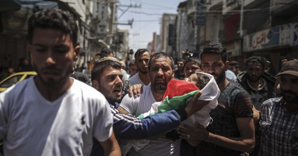 15.maio.2018 - Parentes carregam o corpo da bebê palestina de oito meses morta após inalar gás lacrimogêneo durante confronto entre soldados israelenses e manifestantes palestinos
