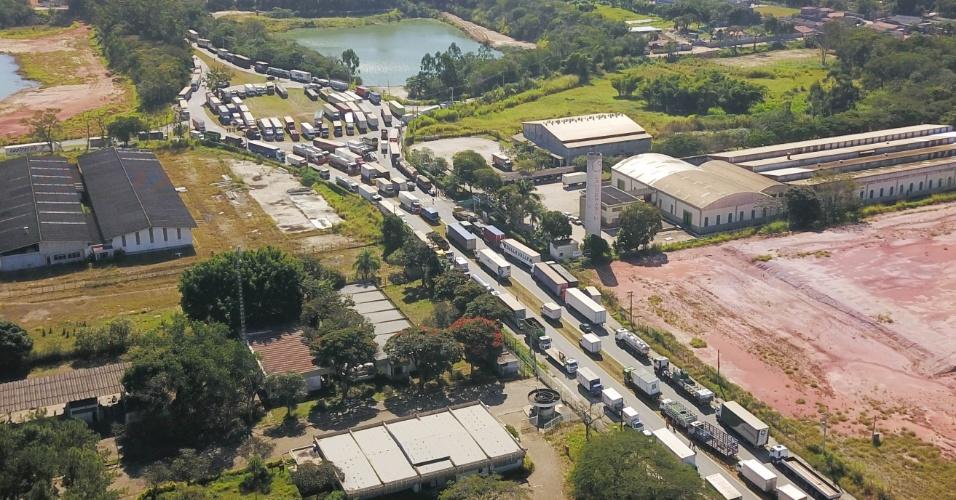 Caminhoneiros protestam na altura do km 160 da rodovia Presidente Dutra, na região de Jacareí (SP)