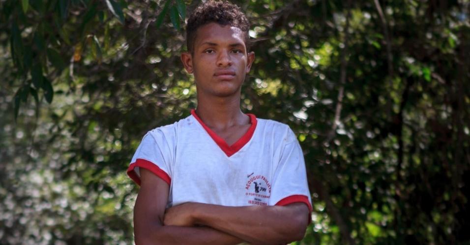 Charlivan Miranda Lopes, 20, que colhe o fruto da bacaba. O consumo e manejo da floresta é uma das caracteristicas das comunidades que habitam a serra do Centro, em Tocantins