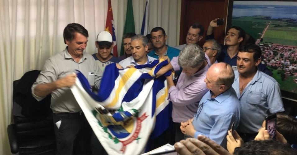 23.ago.2018 - Jair Bolsonaro (PSL) recebe bandeira de Glicério (SP), sua cidade-natal, na sede da prefeitura do município