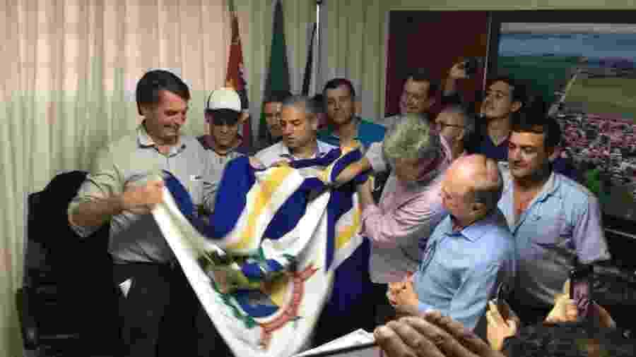 23.ago.2018 - Jair Bolsonaro (PSL) recebe bandeira de Glicério (SP), sua cidade natal - Gustavo Maia/UOL