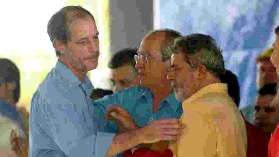 26.ago.2005 - O então ministro de Integração Nacional, Ciro Gomes, cumprimenta o presidente Lula em Quixadá, no Ceará - Tuca Vieira/Folhapress