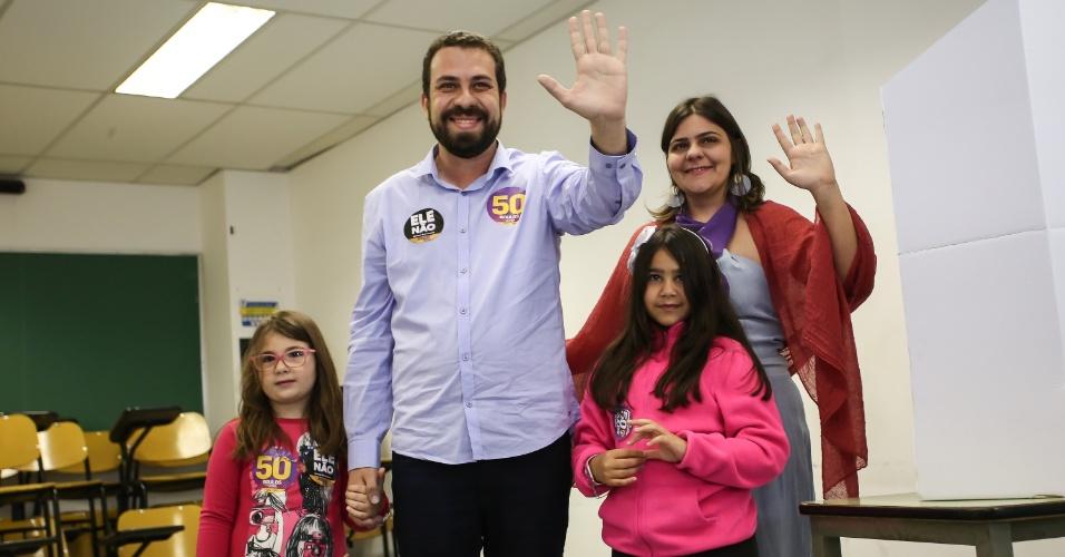 7.out.2018 - O candidato à presidência da República pelo PSOL, Guilherme Boulos, vota na PUC, em Perdizes, em São Paulo (SP), na manhã deste domingo. Boulos foi à sessão eleitoral acompanhado da mulher, Natalia Szermeta, e das duas filhas