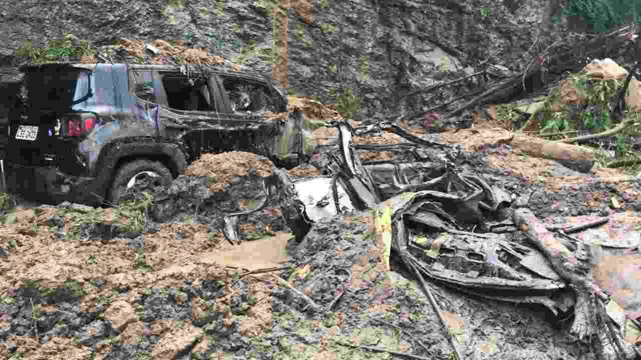 09.abr.2019 - O que sobrou de táxi soterrado na avenida Carlos Peixoto, na zona sul do Rio de Janeiro - Taís Vilela/UOL