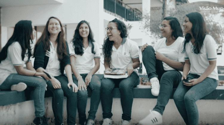 Samila, ao centro, rodeada de amigas - Divulgação