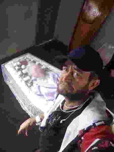 Filho enterra sozinho a mãe e foto viraliza nas redes sociais - Reprodução/Facebook