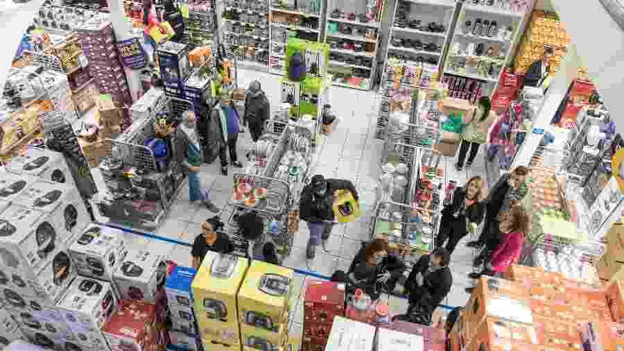 29.nov.2019 - Clientes escolhem produtos que vão comprar durante a Black Friday - Simon Plestenjak/UOL