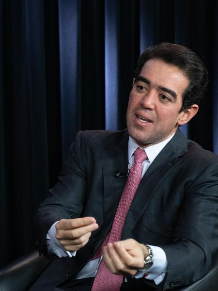 13.fev.2020 - O ministro do TCU Bruno Dantas durante entrevista no estúdio UOL/Folha - Everton Soares/UOL