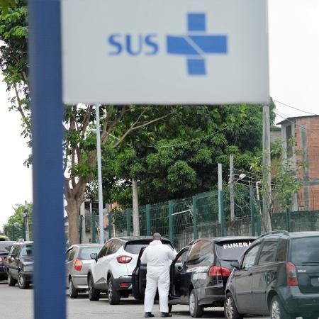 Movimento na saída do hospital Ronaldo Gazolla, no Rio, local de trabalho de uma das funcionárias atingidas pelo calote - JORGE HELY/ESTADÃO CONTEÚDO