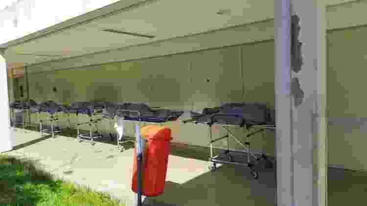 28.abr.2020 - Corpos ficaram enfileirados em frente ao necrotério lotado do Hospital Municipal Lourenço Jorge, na Barra, zona oeste do Rio - Divulgação - Divulgação