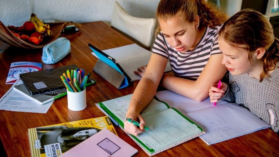 29.mar.2020 - Estudantes fazem a lição de casa; na Holanda, aulas estão suspensas por conta da pandemia do novo coronavírus - Robin Utrecht/SOPA Images/LightRocket via Getty Images