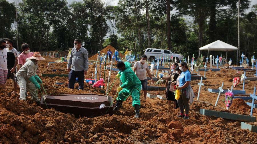Familiares e amigos velam vítima do novo coronavírus no Cemitério Parque de Manaus, no Amazonas - Sandro Pereira/Fotoarena/Estadão Conteúdo