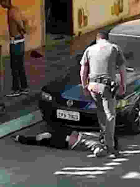 Mulher negra de 51 anos foi jogada no chão, pisada e arrastada pelo policial - Mulher de 51 anos foi pisada por policial em São Paulo, em maio
