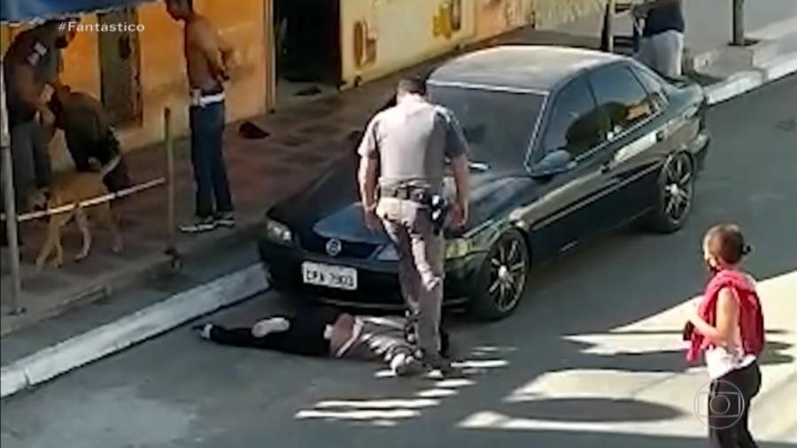 Policial pisa em pescoço de mulher durante abordagem em Parelheiros, zona sul de São Paulo - Reprodução/TV Globo