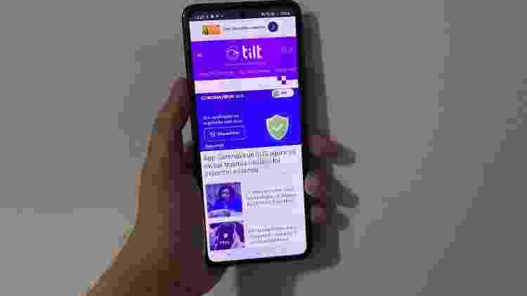 Tela do Galaxy Z Flip é grande e nos padrões atuais de celulares - Gabriel Francisco Ribeiro/UOL - Gabriel Francisco Ribeiro/UOL