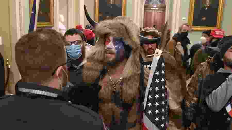 Manifestante favorável ao presidente Donald Trump fantasiado em invasão ao Congresso dos Estados Unidos - SAUL LOEB -06 jan. 2021/AFP