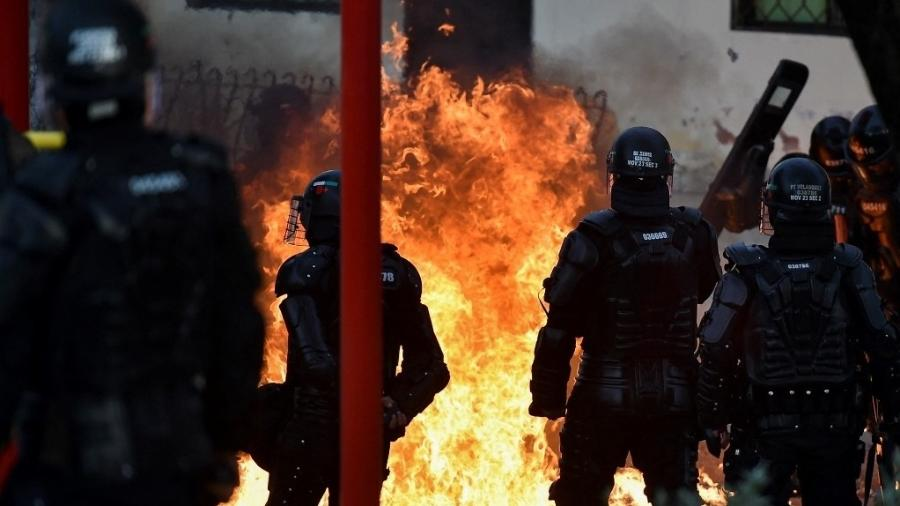 Policiais e manifestantes entraram em confronto durante protesto em Barranquilha, na Colômbia - LUIS ROBAYO/AFP