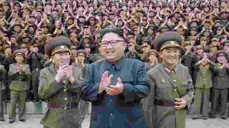 Kim Jong-un inspecionando forças estratégicas em 2017 - Getty Images - Getty Images