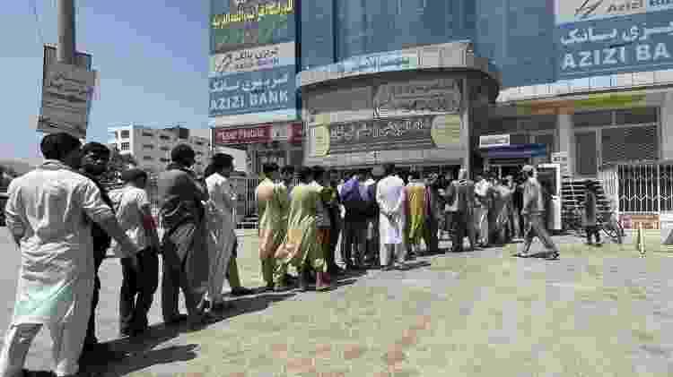 Afegãos fazem fila em banco para sacar economias - Anadolu Agency via Getty Images - Anadolu Agency via Getty Images