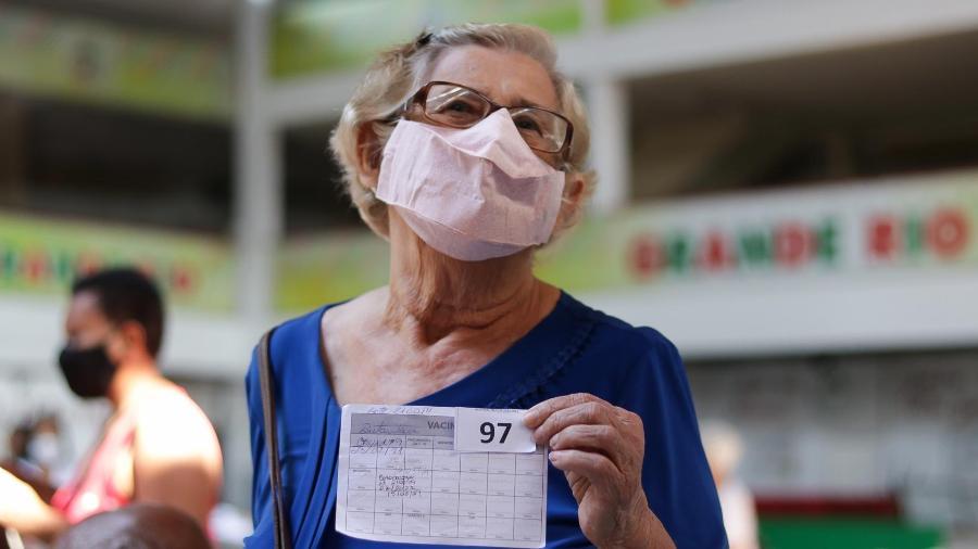 Vacinação de reforço (3ª dose) contra a Covid-19 na quadra da Grande Rio no Rio de Janeiro (RJ), neste sábado (18 - SANDRA BARROS/FUTURA PRESS/FUTURA PRESS/ESTADÃO CONTEÚDO