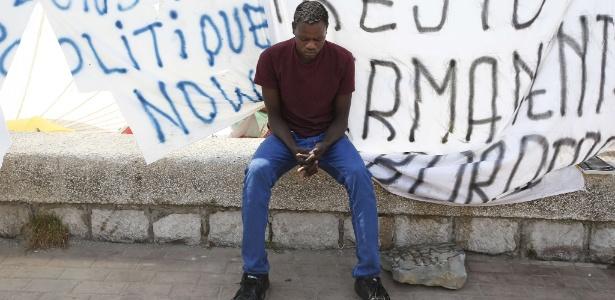 Imigrante aguarda em acampamento improvisado em Ventimiglia, na Itália, perto da fronteira com a França - Valery Hache/AFP