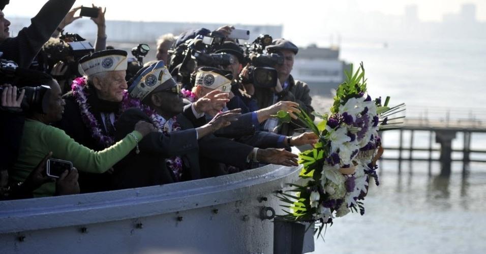 7.dez.2015 - Sobreviventes do ataque a Pearl Harbor jogam uma coroa de flores no rio Hudson, em Nova York, nos Estados Unidos, durante cerimônia para lembrar o 74° aniversário do ataque, que aconteceu no dia 7 de dezembro de 1941