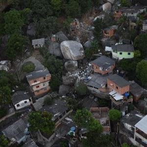Imagem aérea mostra pedra que atingiu casas no morro da Boa Vista