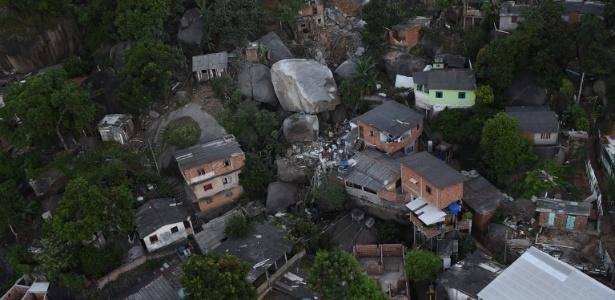 Imagem aérea mostra a pedra que atingiu casas no morro da Boa Vista