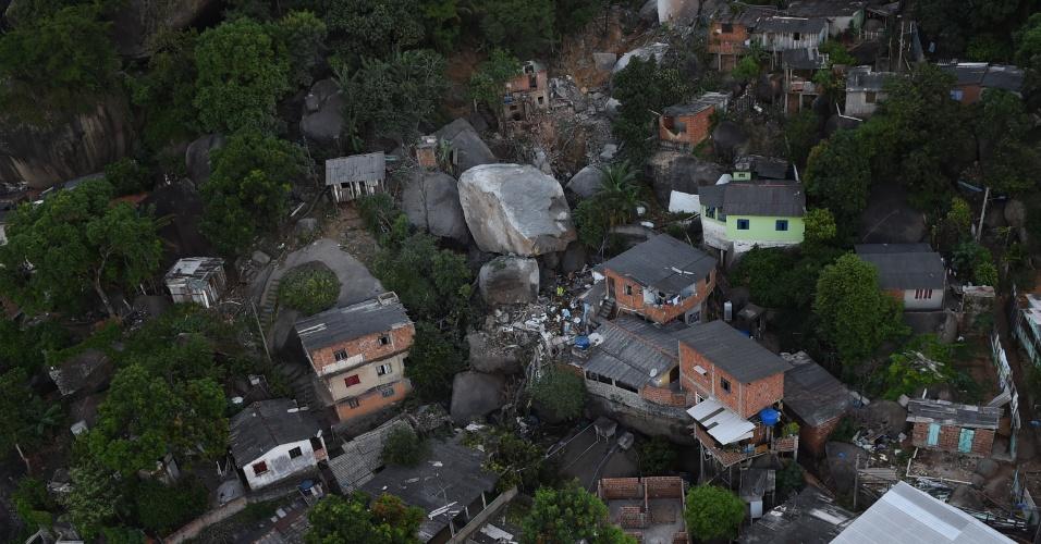 2.jan.2016 - Imagem aérea mostra grande pedra que atingiu casas no morro da Boa Vista, distrito de São Torquato, em Vila Velha (ES). Quase 400 pessoas foram obrigadas a deixar suas casas