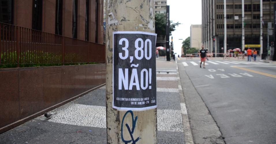 3.jan.2016 - Um cartaz contra o aumento das passagens de transporte coletivo no Estado de São Paulo foi colado em postes da rua Augusta. Já há um protesto marcado para sexta-feira (8) contra o aumento de R$ 3,50 para R$ 3,80