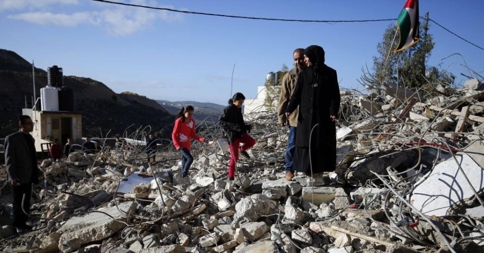 9.jan.2016 - Os pais de Muhanad Halabi, jovem palestino de 19 anos que foi morto pela polícia israelense em outubro do ano passado após matar duas pessoas e ferir outras duas com golpes de faca, encontram sua casa sob escombros. A casa, localizada em Surda, na Cisjordânia, foi demolida por escavadeiras do Exército de Israel