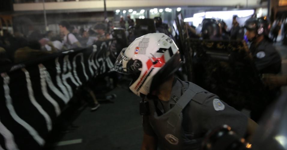 21.jan.2016 - Manifestantes e Polícia Militar entraram em confronto durante passeata do Movimento Passe Livre no centro de São Paulo. A polícia jogou bombas para dispersar os manifestantes que tentaram romper o cordão de isolamento e prosseguir com a manifestação. A PM queria que o ato terminasse na praça da República