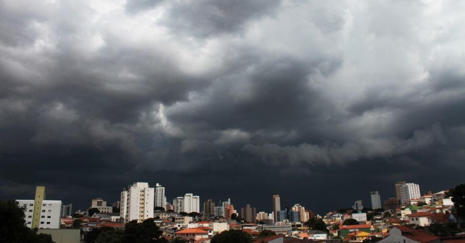 19.fev.2016 - Nuvens carregadas fazem o céu escurecer em São Paulo por volta das 17h. Uma forte chuva atingiu a capital e afetou a circulação de trens na zona leste da cidade. Todas as regiões da capital paulista estão em estado de atenção, com alagamentos em diversas vias