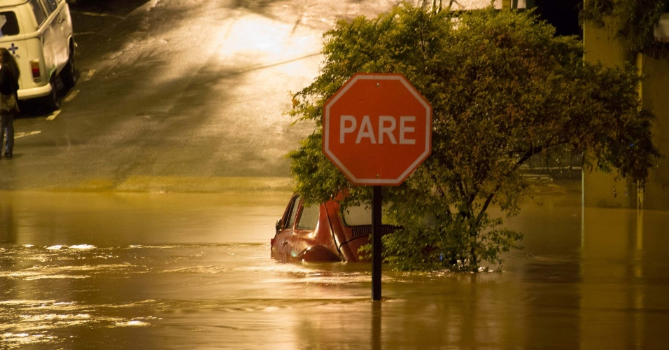 11.mar.2016 - Carro boia em alagamento no centro de Caieiras, na Grande São Paulo. Diversos veículos foram arrastados pelas águas durante a chuva que atingiu a região