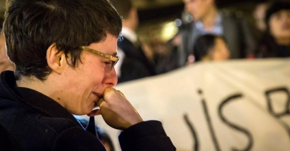 22.mar.2016 - Mulher chora durante homenagem às vítimas dos três ataques à bomba que o grupo jihadista Estado Islâmico executou em Bruxelas, na Bélgica