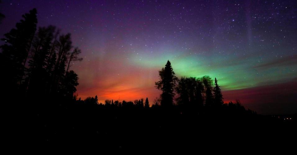 7.mai.2016 - O incêndio florestal que atinge parte da província canadense de Alberta ilumina o céu de laranja, justo abaixo da Aurora Boreal, perto de Fort McMurray