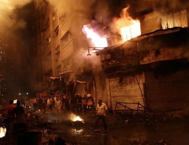 9.mai.2016 - Bombeiros egípcios trabalham para pagar um incêndio em um mercado popular no Cairo. Pelo menos 50 pessoas, incluindo bombeiros sofreram ferimentos leves. O fogo começou durante a noite em um pequeno hotel no bairro de Al-Mosky, não muito longe da mesquita de Al-Azhar, e chegou rapidamente aos edifícios próximos