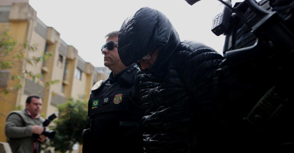 24.mai.2016 - Lucas Amorim Alves, sócio do ex-tesoureiro do PP (Partido Progressista), João Claudio Genú, é conduzido para a realização de exame de corpo de delito no IML (Instituto Médico Legal) de Curitiba, no Paraná. Genú, condenado no mensalão, e Lucas Amorim Alves foram presos na segunda-feira (23) em Brasília, na 29ª fase da Operação Lava Jato