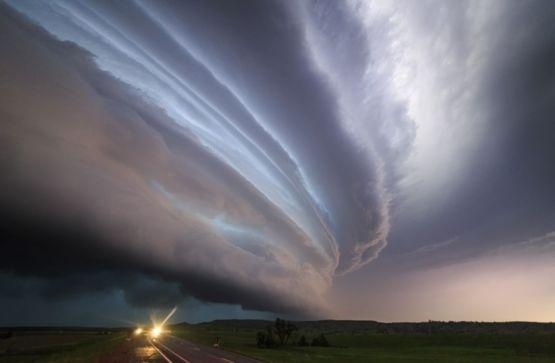 24.mai.2016 - O que os diferencia das violentas tempestades mais comuns é uma corrente ascendente girando sem parar (o chamado mesociclone), que faz com que a tempestade se sustente por muitas horas