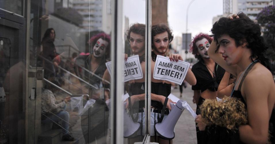 29.mai.2016 - Participantes da Parada Gay levam cartazes contra o governo interino de Michel Temer à Avenida Paulista neste domingo